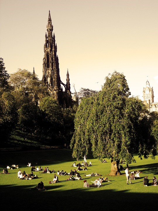 The Princes Street Gardens in Edinburgh is the prefect place to enjoy some sunshine and have a picnic