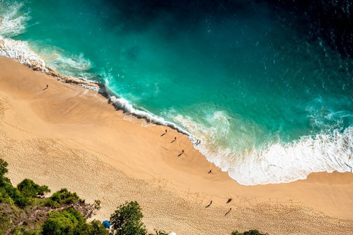 Crashing waves at Kelingking Beach