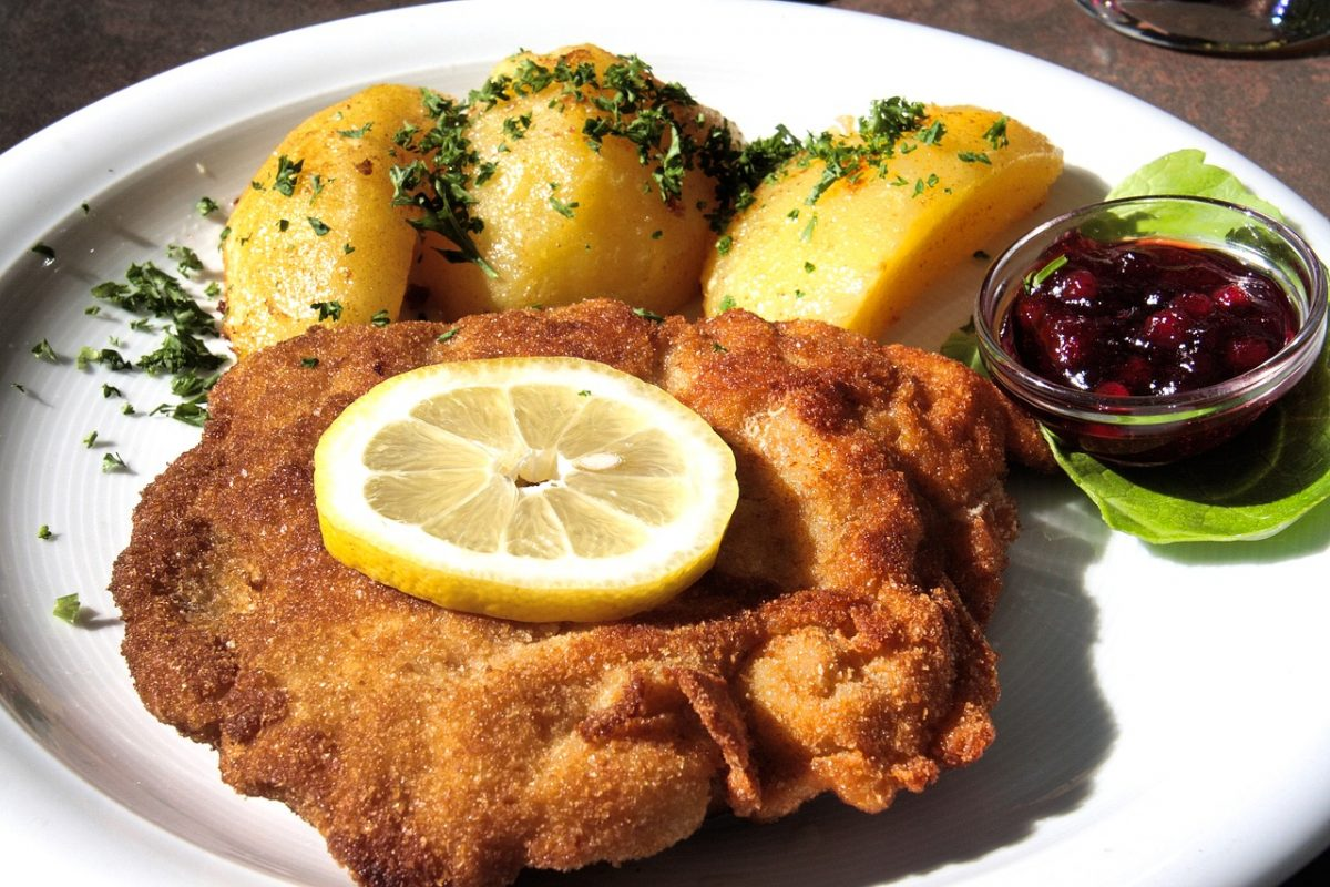 Schnitzel with lemons on the side