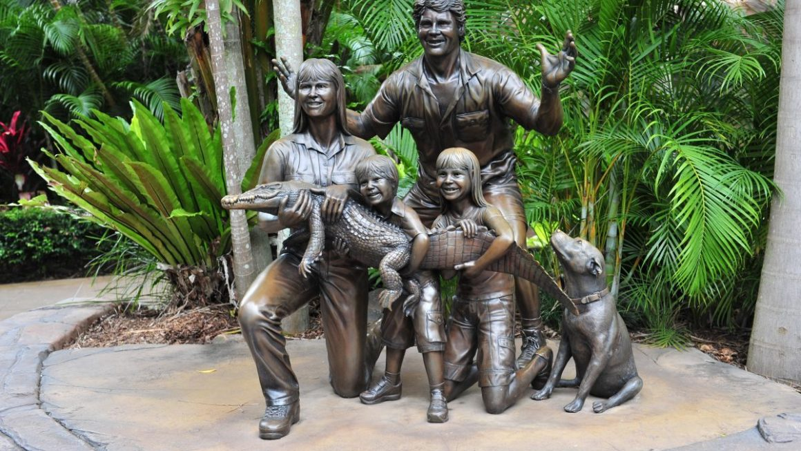 Statue of the Irwin family at Australia Zoo 17March2010 e1563504479170 1160x653 - Everything You Need To Know About The Australia Zoo