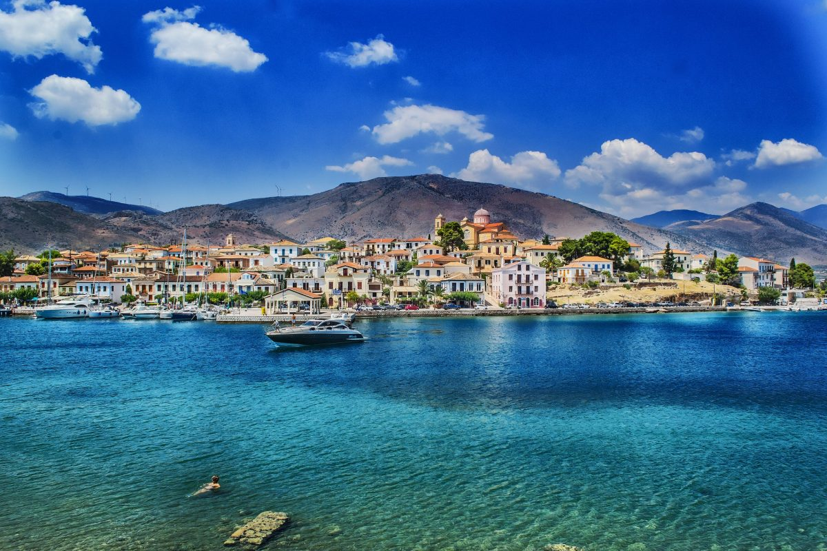Greece has a bit of everything for everyone, from coastlines and beaches to ancient historical sites, traditional Greek taverns and shopping avenues, there's no shortage of wonders to explore