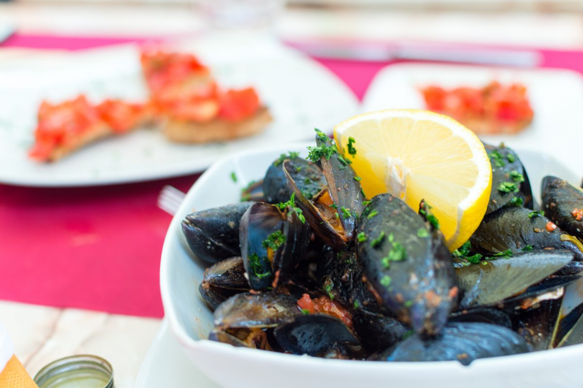 Mussels with lemon in a dining restaurant