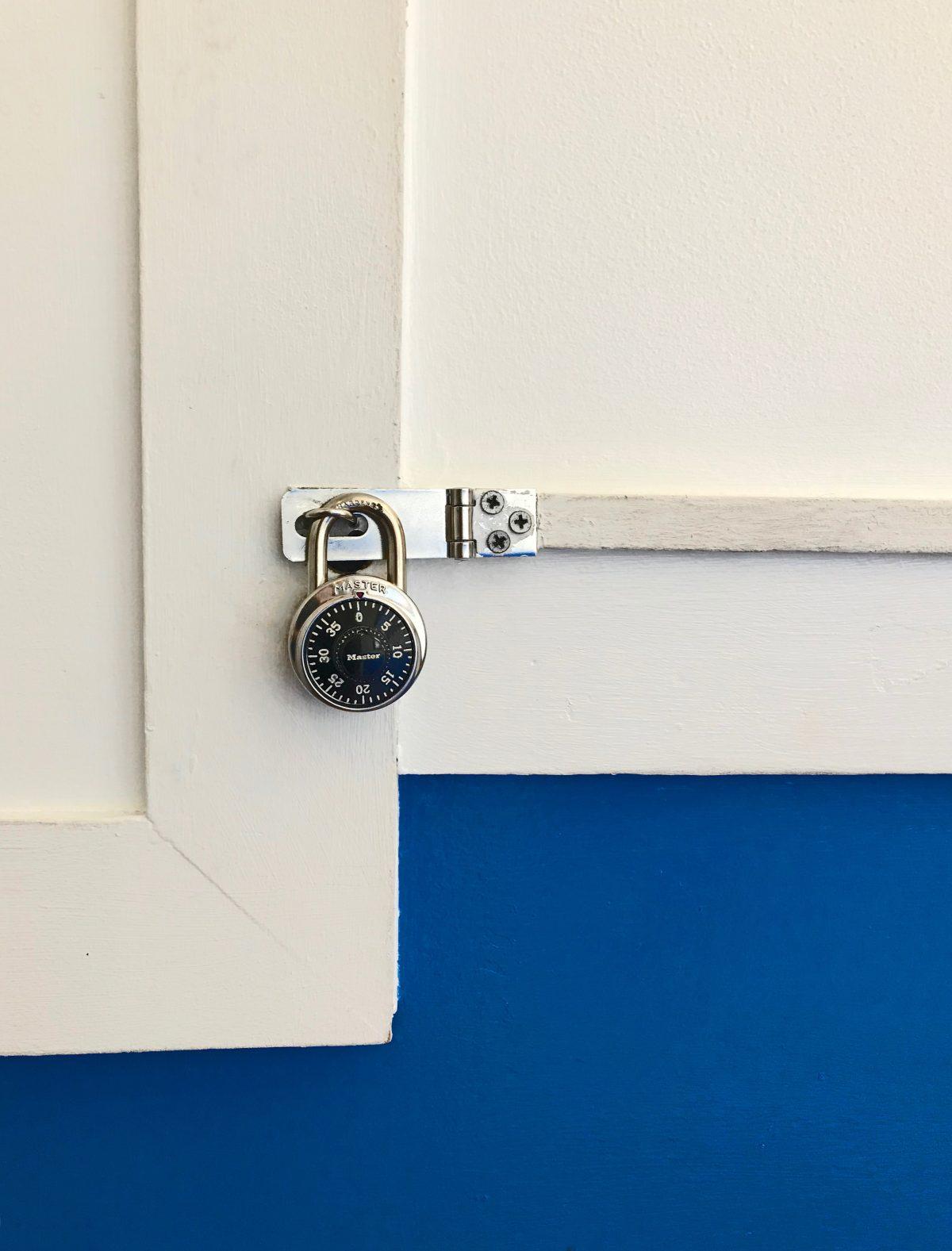 Door lock for traveling