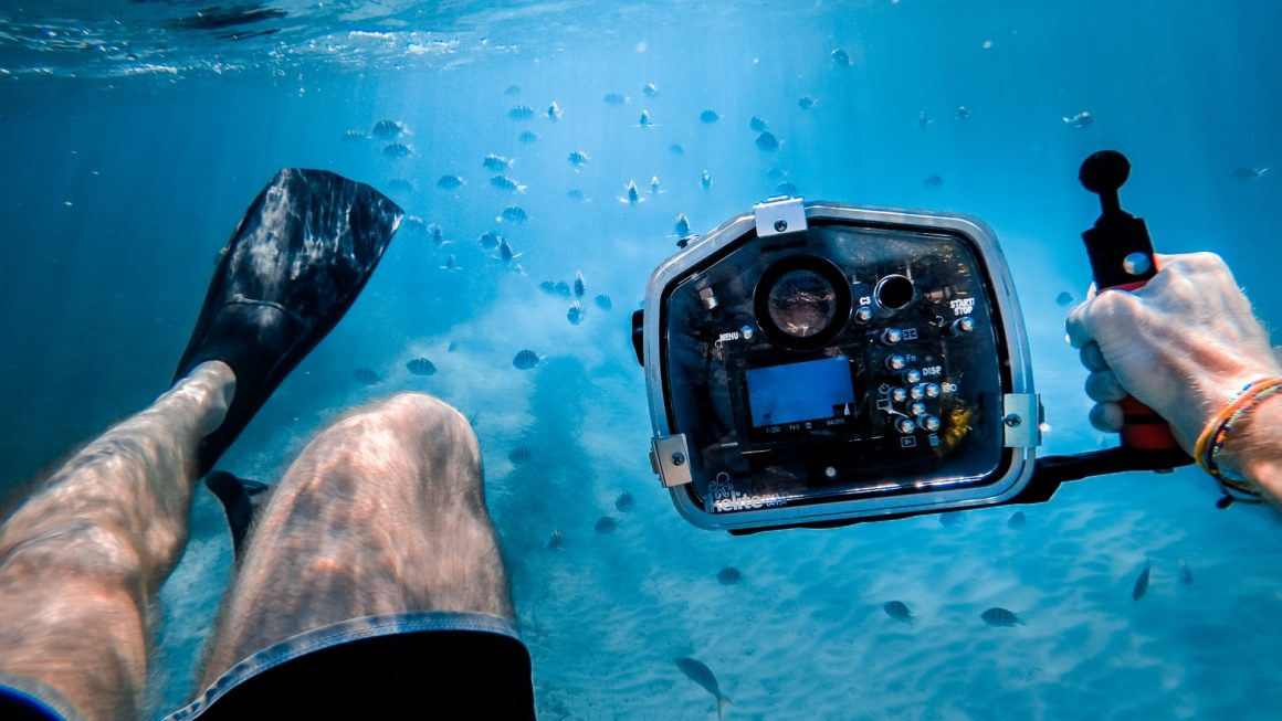 photo 1487253096619 4ab6f24d5bbe 1160x653 - Best Underwater Cameras For The Adventure Traveller