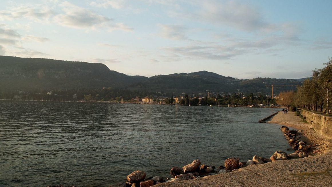 1280px Lago di Garda   Garda   Via Verona Esplanade at the Lake   View NNW towards Garda 1160x653 - Your Guide To Lake Garda, Italy