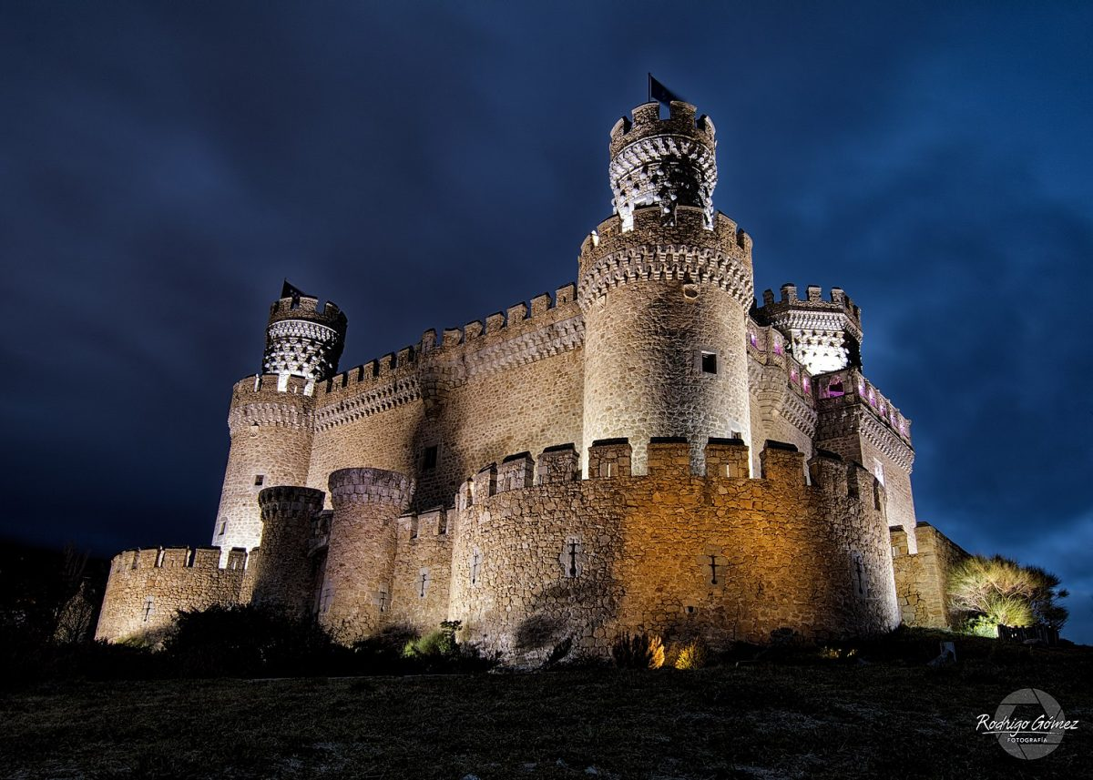 Also known as Castillo de Los Mendoza, it is a palace-fortress erected in the 15th century in the town of Manzanares el Real, at the foot of Sierra de Guadarrama mountain range north of Madrid.