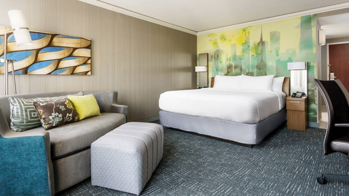 King Guest Room at the Courtyard Marriott Chicago Downtown/Magnificent Mile