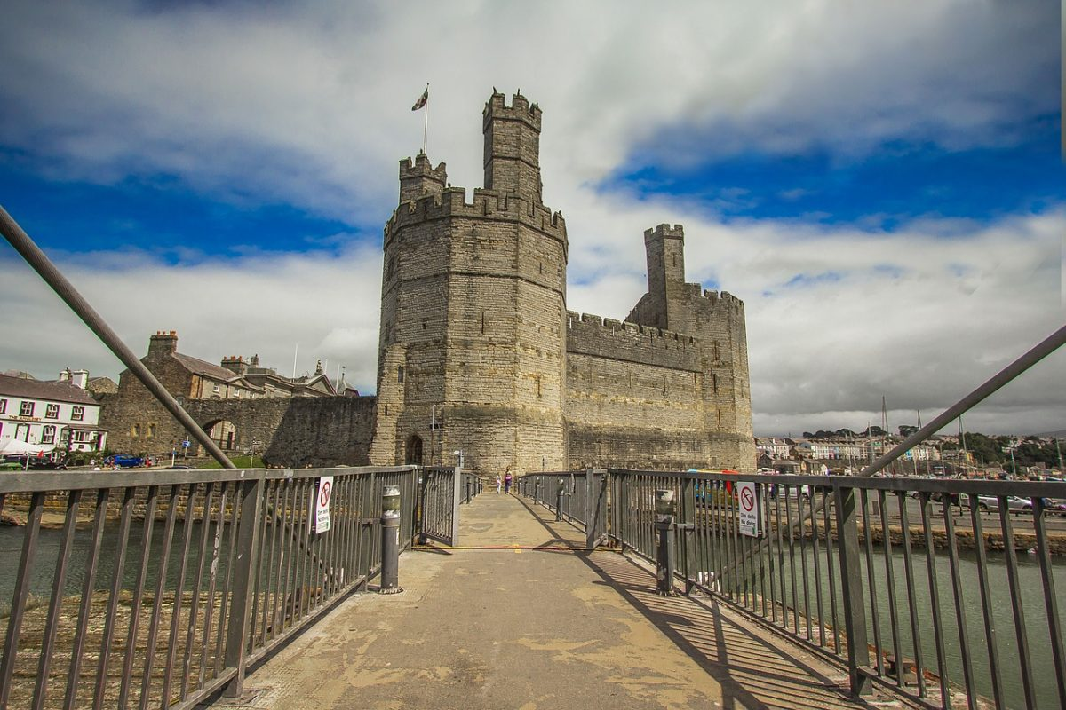 One of the top tourist attractions in Wales, Caernarfon Castle, is undeniably one of the most impressive castles in the UK.