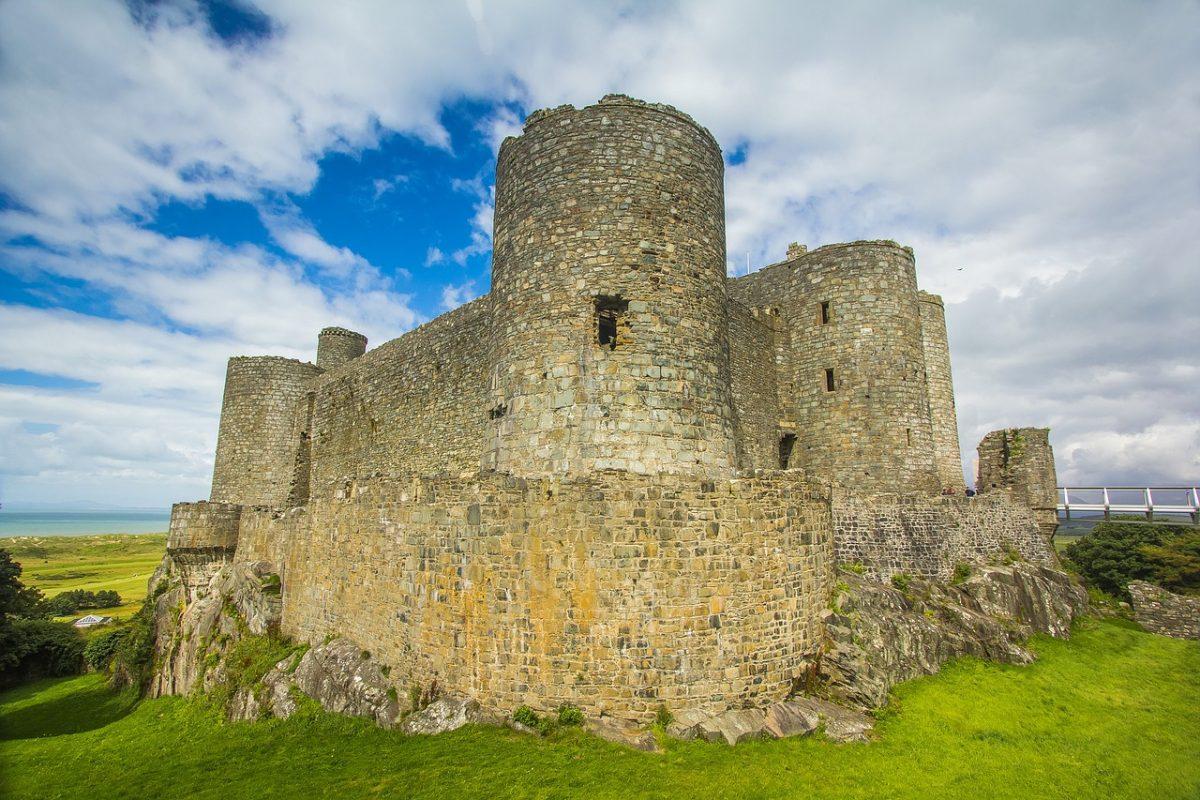 Located in the northwestern part of Wales, Harlech Castle is located amidst the breathtaking landscape of Snowdonia.