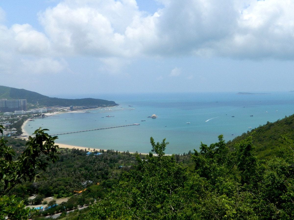 For panoramic views of both the Sanya landscape and Phoenix Island, head to Luhuitou Park.