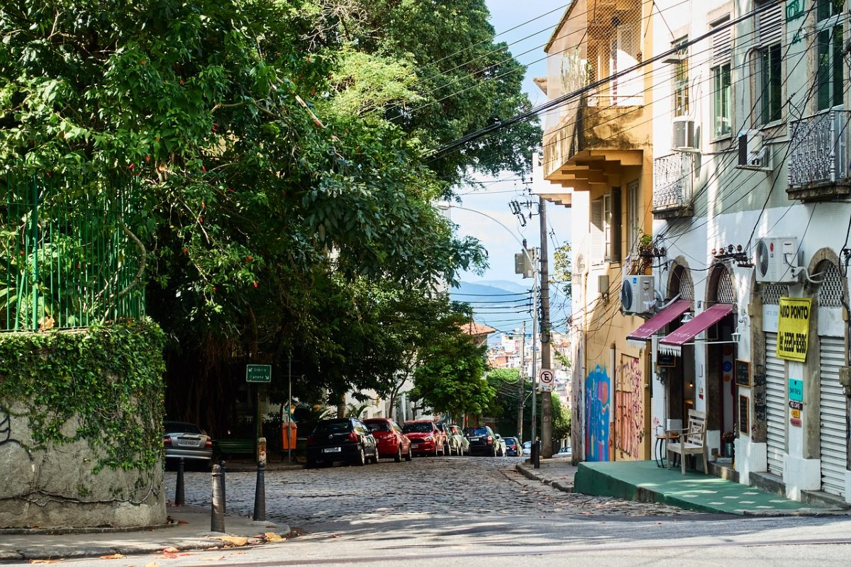 Located on top of the hill with the same name, Santa Teresa is a neighbourhood famous for its winding and narrow streets.