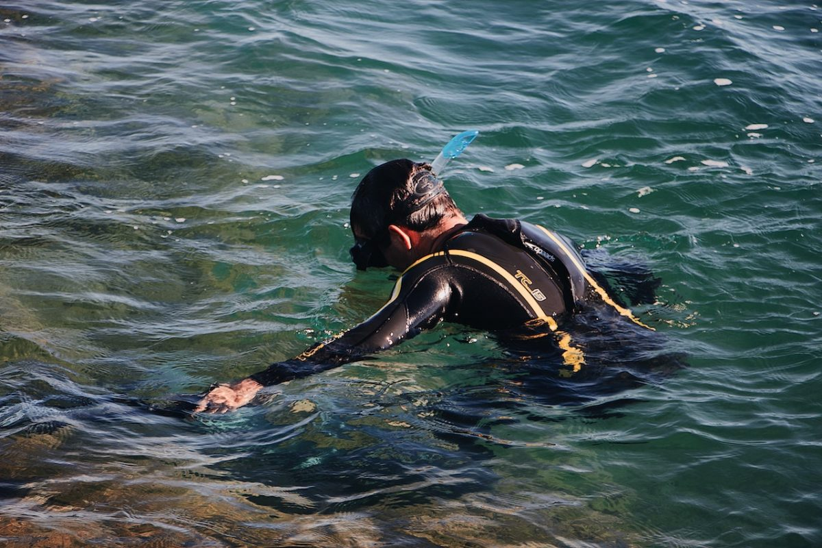 Man snorkelling in the sea with snorkelling gears