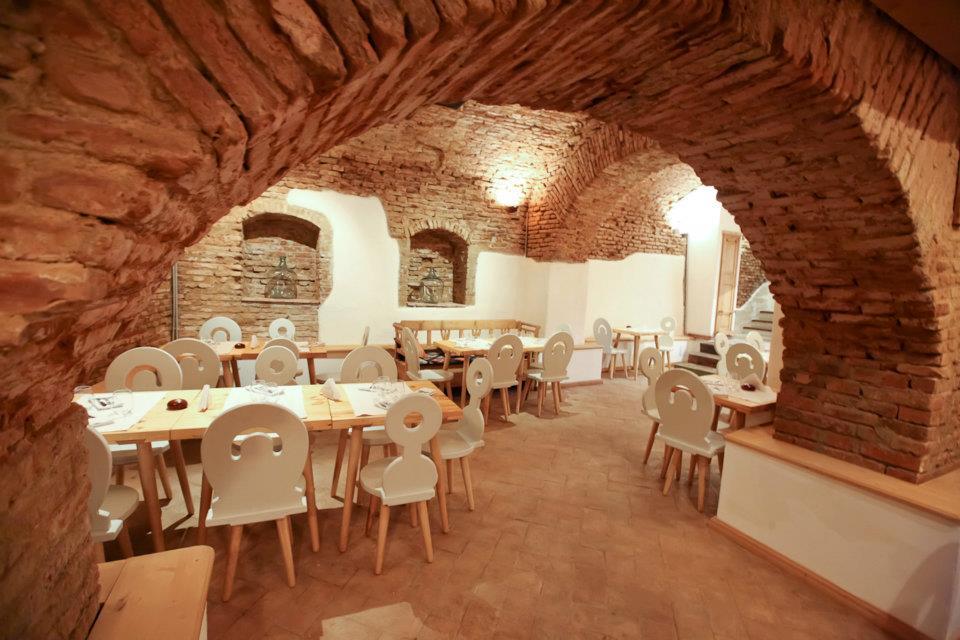 photo of the interior of the Restaurant Lacrimi si Sfinti