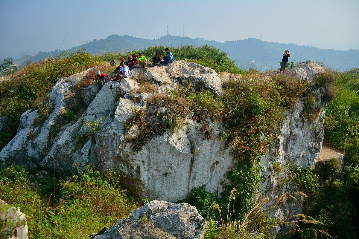 photo of the limestone formation at Tebing Gunung Hawu