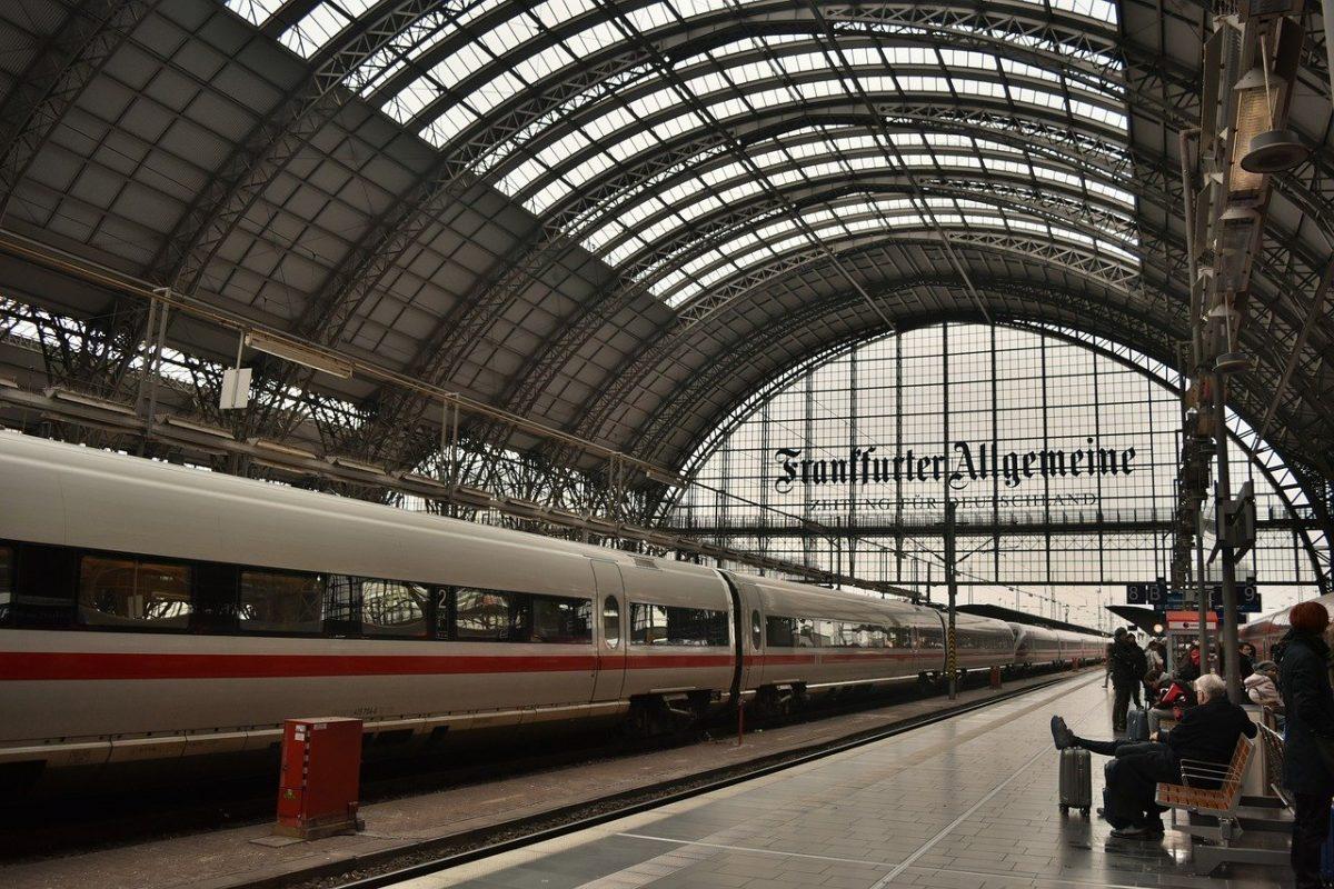 photo of an empty Deutsche Bahn railway platform