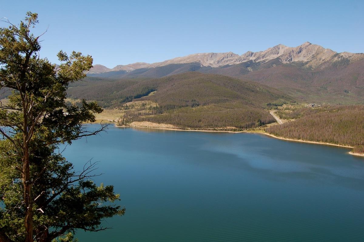 A calm lake across Breckenridge Mountain where Breckenridge Campground is located